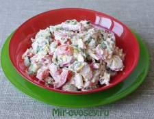Овощной салат с одуванчиками и крапивой